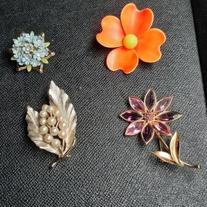 Bundle of vintage brooches
